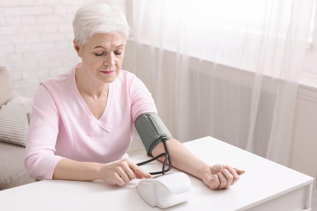 Ältere Frau misst Blutdruck selbst